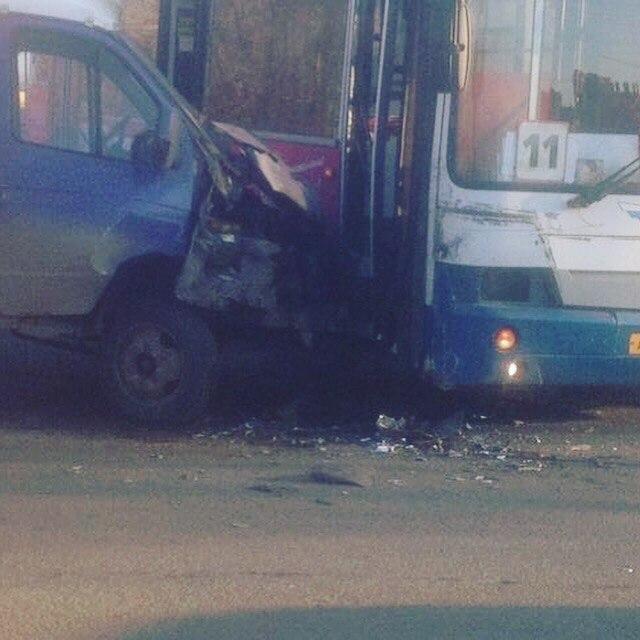 Вновом микрорайоне Кирова пассажирский автобус столкнулся с«Газелью»