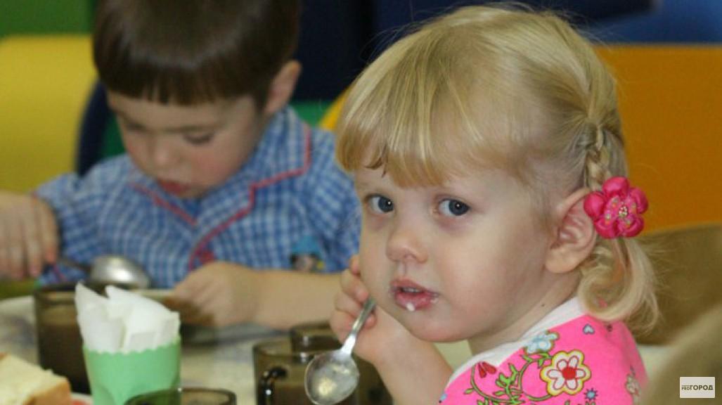 В Кирове детей из малообеспеченных семей накормили просроченными сладостями
