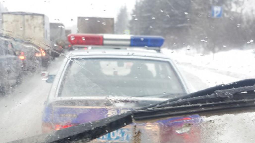 На въезде в Киров образовалась километровая пробка: полицейские не пускают протестующих дальнобойщиков