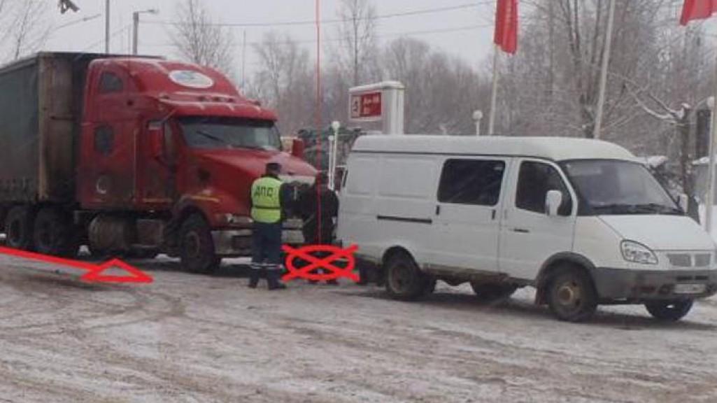 """В Кирове мужчину зажало между """"ГАЗелью"""" и фурой"""