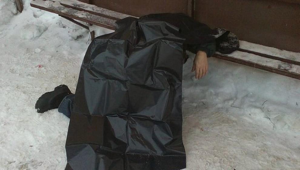 Кировчане обнаружили на остановке тело мужчины