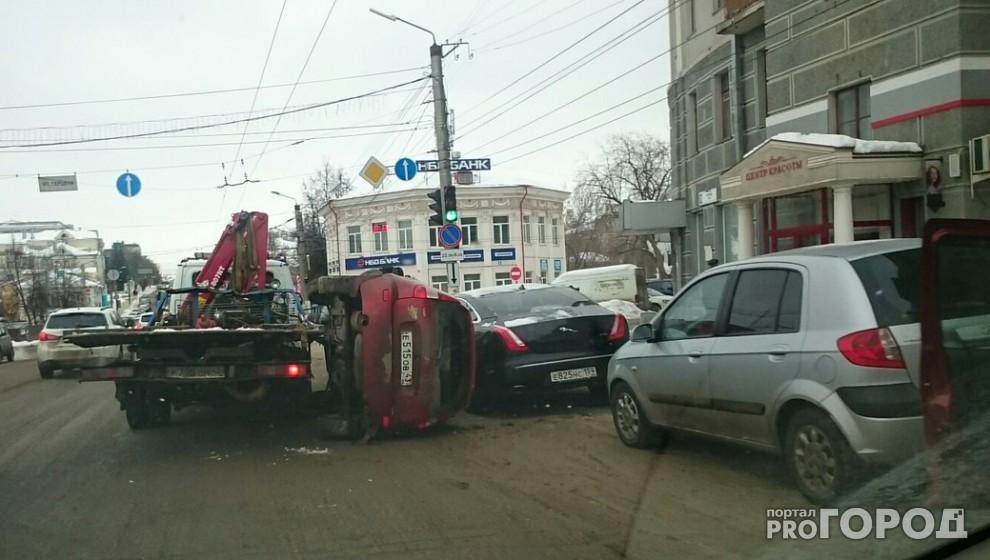 На улице Ленина «Калина» упала с эвакуатора на припаркованный Jaguar