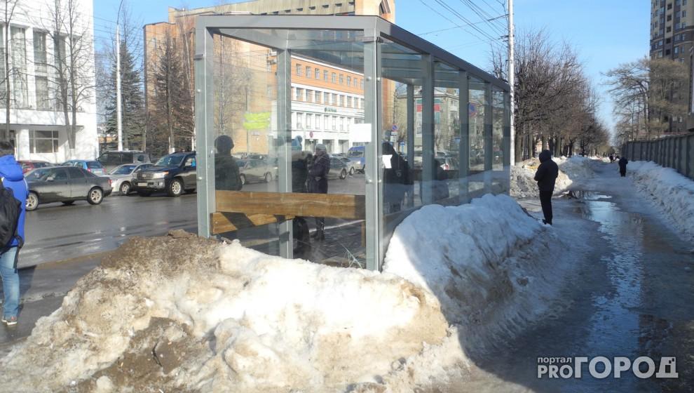 Новая стеклянная остановка напротив администрации Кирова покрылась трещинами