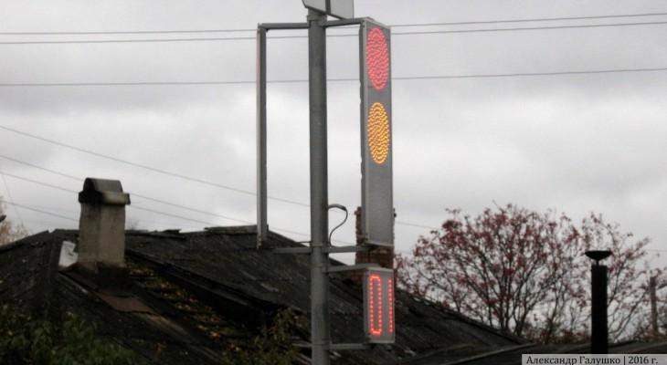 Кировчан удивил сверхтонкий светофор, установленный при повороте на Субботиху