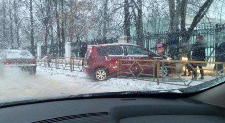 В Кирове иномарка снесла ограждение у школы на Филейке