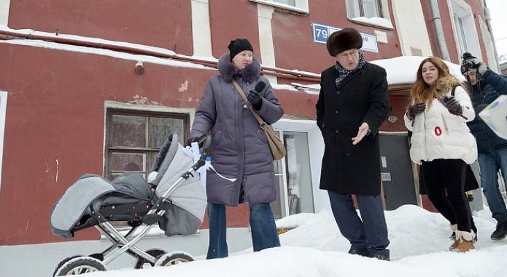 Глава региона с коляской проверил кировские заснеженные тротуары