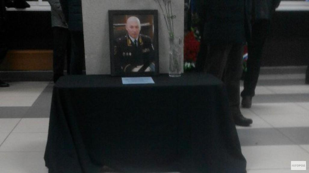 Фото: на прощание с Вячеславом Бучневым пришли сотни кировских полицейских