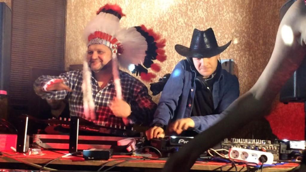 Никита Белых отметил Новый год в костюме индейца вместе с DJ Smash и Крейгом Дэвидом