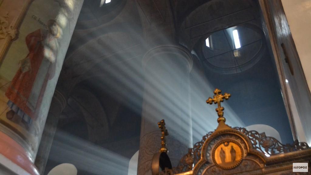 Сотни верующих встречали в Кирове Благодатный огонь