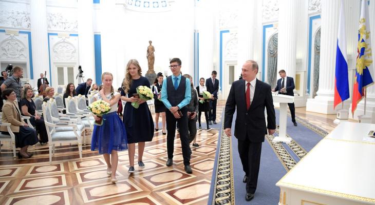 Владимир Путин показал кировской школьнице свой кабинет в Кремле
