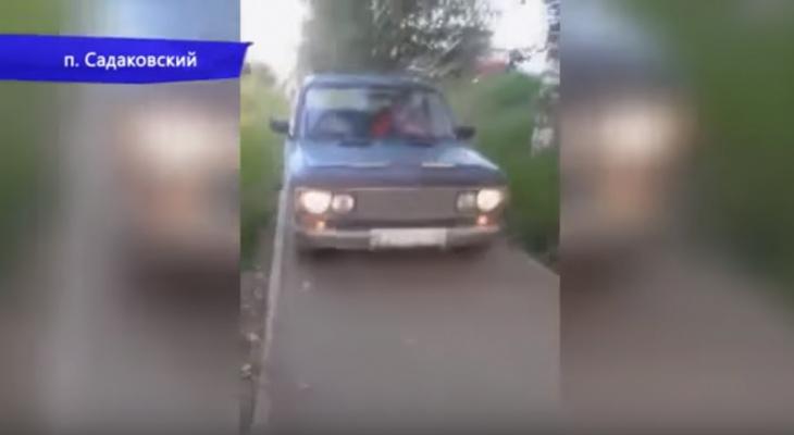 В Кирове женщина сняла на камеру ВАЗ, который ехал за ней по тротуару