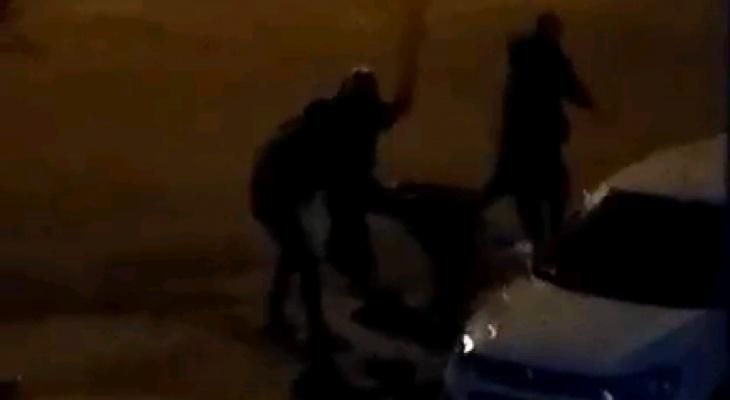 Видео: на Юго-Западе компания молодых людей жестоко избила двух мужчин