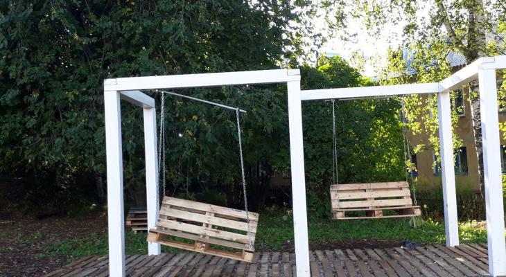 В Кирове вандалы доломали пианино в парке и испортили качели в новом сквере