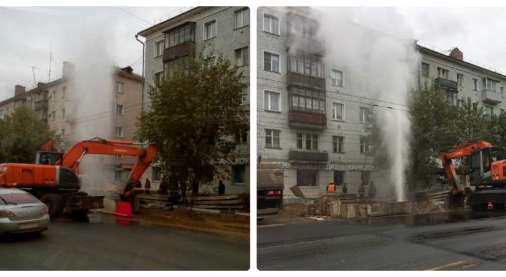 На Воровского прорвало трубу, вода поднялась на высоту 5-этажного дома