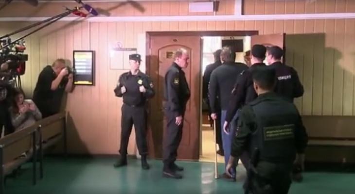 На заседании суда экс-губернатора Кировской области активистки оголили грудь