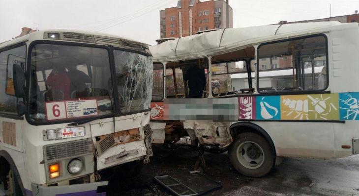 В Кирово-Чепецке столкнулись два автобуса: пострадали восемь человек