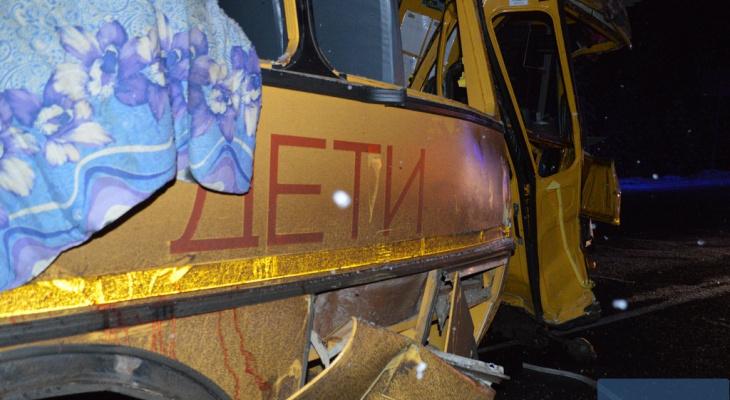 """На трассе """"Вятка"""" лесовоз снес школьный автобус: погибли три человека"""