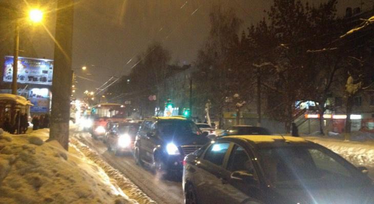 Публичный мониторинг: во время снегопада на дорогах Кирова нет техники