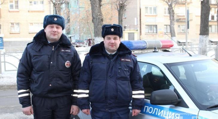 Уральские полицейские спасли замерзавшего на трассе дальнобойщика из Кирова