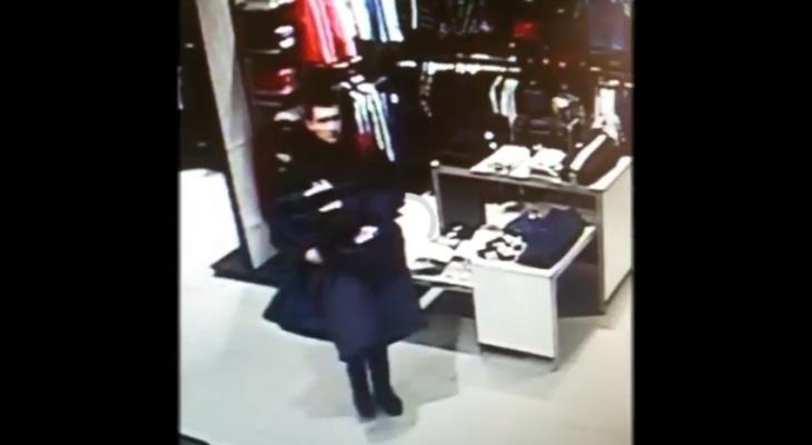 На видео попал момент, как парень ворует куртку в кировском ТЦ