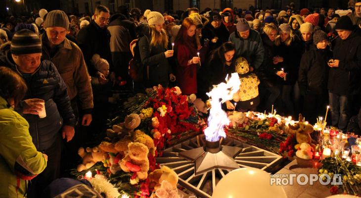 Сотни кировчан пришли к Вечному огню почтить память погибших в пожаре в Кемерове