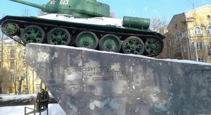 В Кирове сыпется краска с постамента танка на Октябрьском проспекте