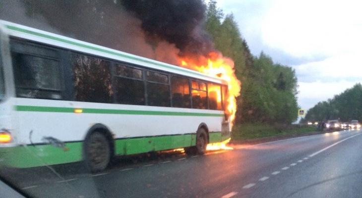 В Слободском районе во время движения вспыхнул автобус с пассажирами