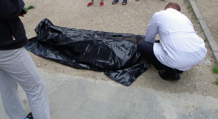 В Белой Холунице на улице нашли окровавленное тело мужчины