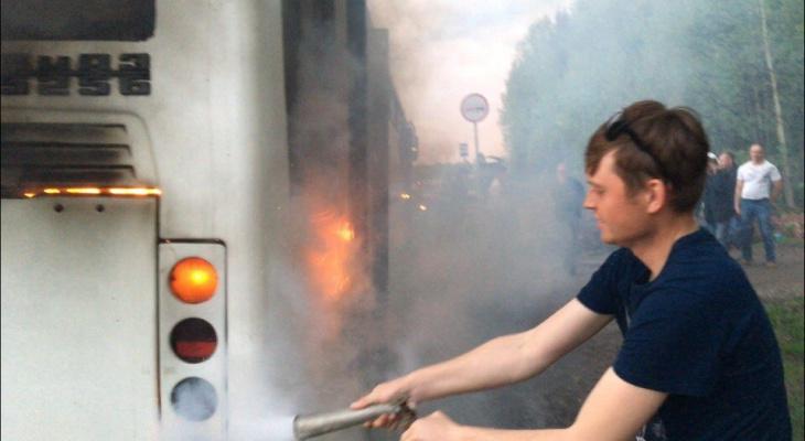 «Ни одна машина, кроме нашей, не остановилась»: очевидцы о пожаре в автобусе на трассе в Слободском