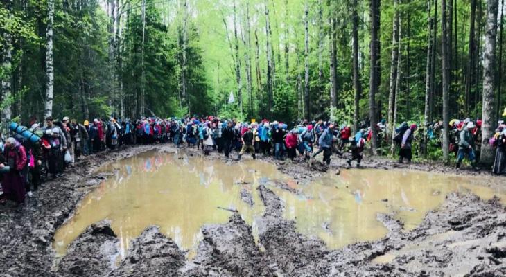 """""""Самый сложный крестный ход"""": паломники о переходе реки вброд и непролазной грязи"""