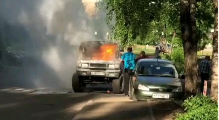 Видео: на улице Конева во время движения вспыхнул УАЗ