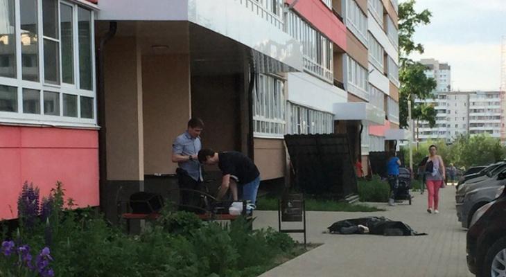 В районе Зонального института у новостройки лежит труп