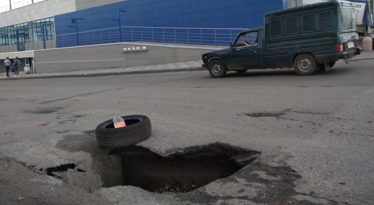 В Кирове у бизнес-центра обвалился асфальт: яма растет каждый день