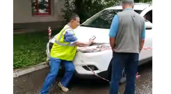 Видео: в Кирове водитель Mazda наехал на коммунальщика, не пускающего за огороженный участок