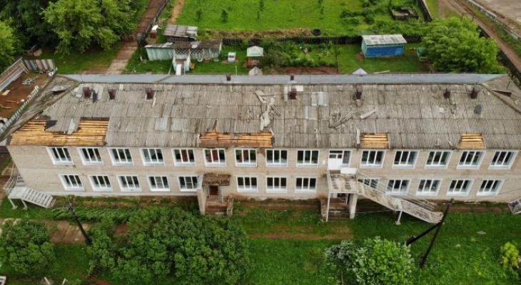 В Кировской области ураган сорвал крышу с детского сада