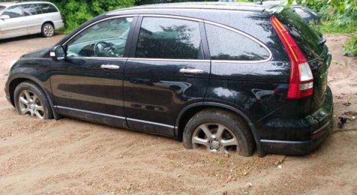 После грозы в Кирове 6 машин застряли в зыбучих песках