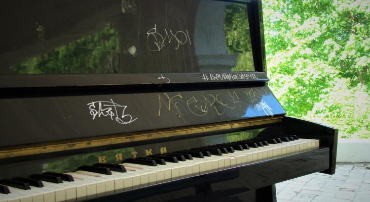 Вандалы сломали новое пианино в ротонде Александровского сада