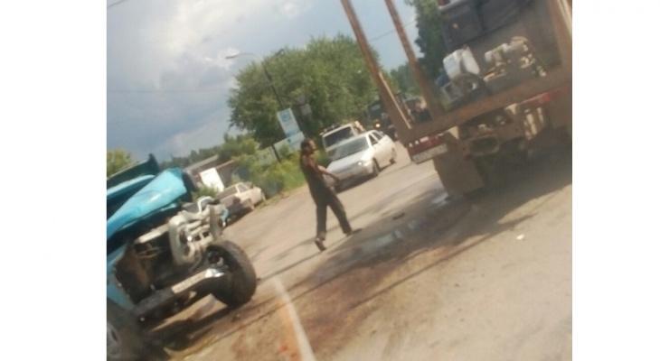 В Кирове столкнулись два грузовика: от удара у КамАЗа вырвало топливный бак