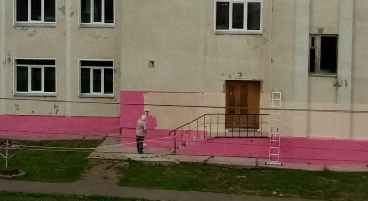 Власти объяснили, почему фундамент школы в Кирове покрасили в ярко-розовый