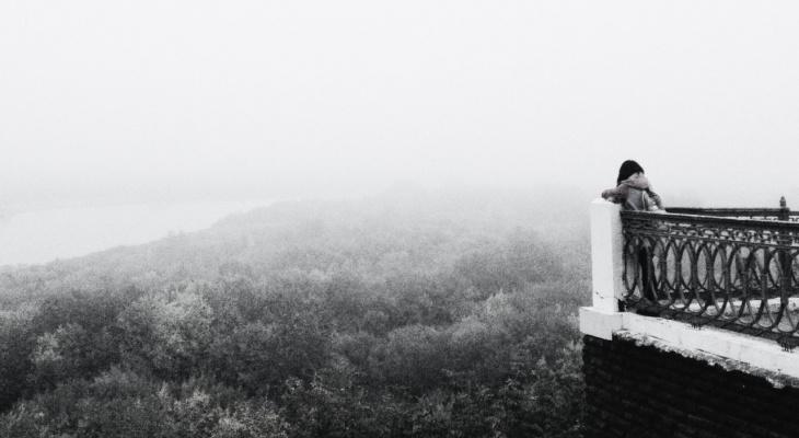10 черно-белых фотографий Кирова: пустынная Театралка, одинокие прогулки и туман