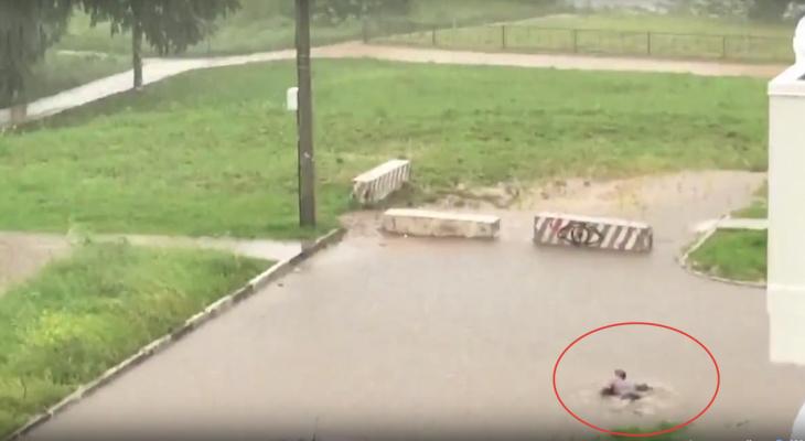 Видео: после ливня в Кирове мужчина искупался в огромной луже