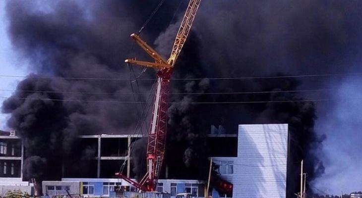 «Над домами повис черный едкий дым»: в Зуевке горит здание недостроенной школы