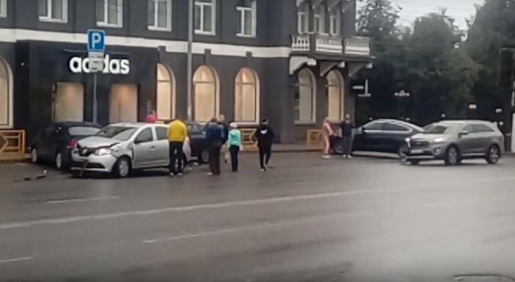 Видео: четыре машины столкнулись у Центральной гостиницы