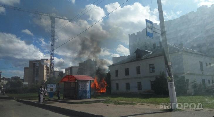 В Кирове начался пожар рядом с автобусной остановкой
