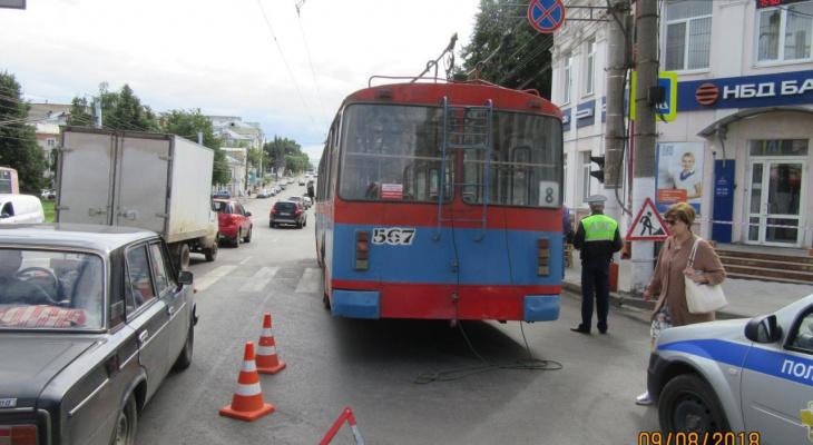 В центре Кирова троллейбус сбил девушку