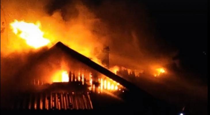 В центре Кирова сгорел жилой дом: в квартирах находилось 3 человека