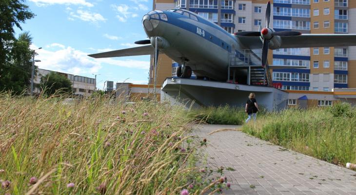 Фото: на Филейке в Кирове разбирают самолет