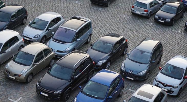 1 место на квартиру: внесены изменения в правила для парковок в Кировской области