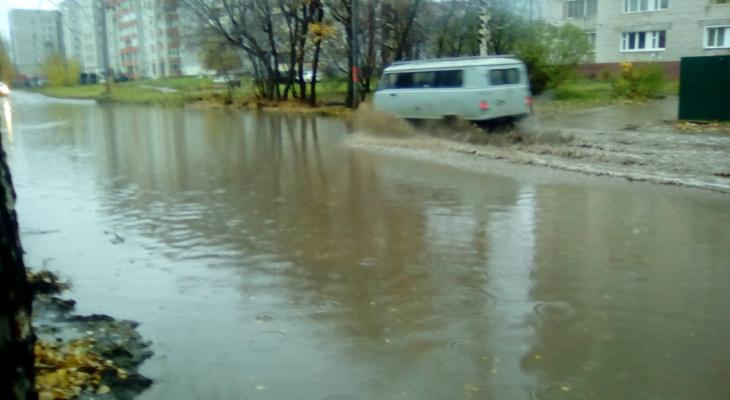 Фоторепортаж: из-за дождя в Кирове затопило дороги и тротуары