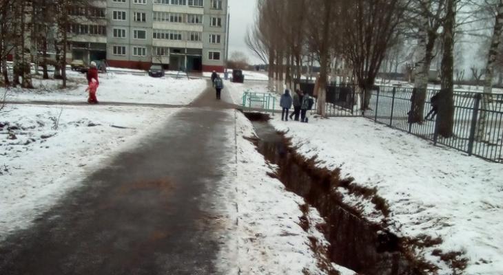 В Кирове дети падают в канаву с водой около школы